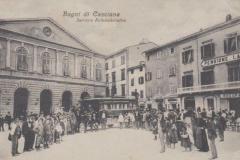 BAGNI-DI-CASCIANA-PISA-PIAZZA-ANIMATA-CON-AUTO-POSTALE-CORRIERA-1910
