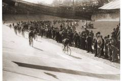 126-Ettore-Meini-allarrivo-della-tappa-del-Giro-dItalia-il-5-Giugno-1932-a-Milano-battendo-in-volata-Guerra-e-Binda-.