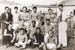 Campionato-1933-34-la-squadra-di-calcio-cascinese-in-piedi-a-sx-Anacleto-Tonelli-a-dx-Attilio-Bulleri-.