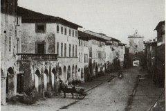 Cascina-1885-sul-fondo-Porta-Fiorentina-Successivamente-abbattuta-per-consentire-il-passaggio-del-Tramme-.