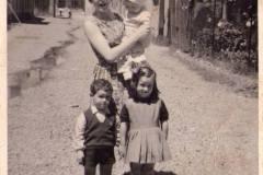 Quando-in-mezzo-alla-strada-un-torrente.la-fogna-era-quella-La-Carmelita-con-in-braccio-la-Floriana-io-e-mia-sorella-Santina